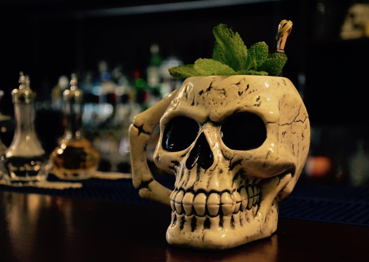 Der Totenkopfbecher in der Charles Bar in