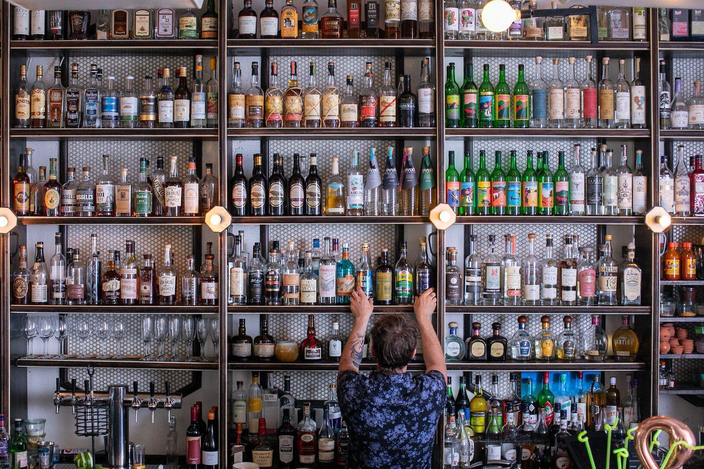 Das Barback mit Spirituosenauswahl der Donna Bar in New York