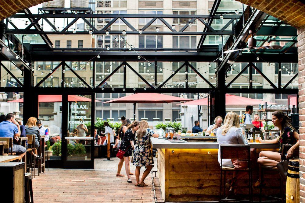 die refinery rooftop bar in new york tagsüber