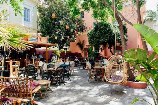 Der gemütliche Außenbereich des Die Außenfassade des CHE Cocina y Barra Sudamericana
