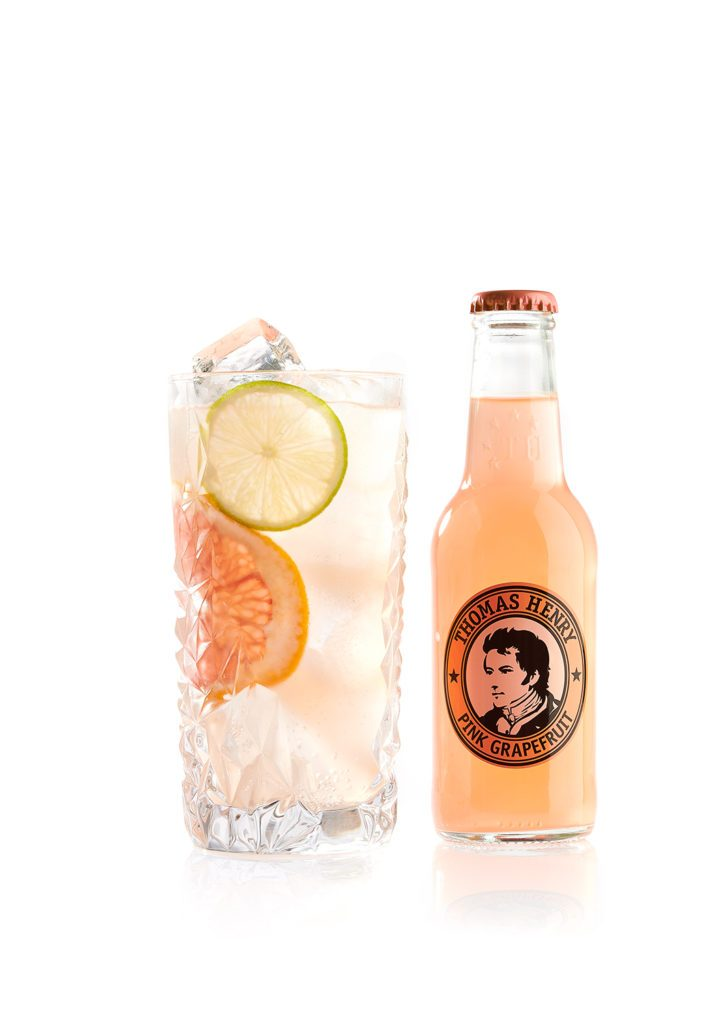 Freisteller des Drinks Floridita Highball mit Thomas Henry Pink Grapefruit