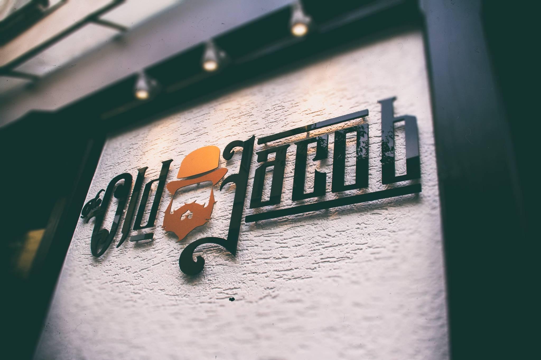 Der Schriftzug der Bar The Old Jacob