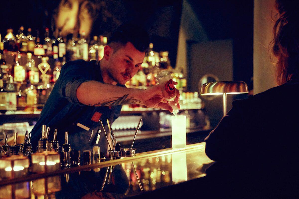 Bartender hinter dem Tresen in der Boilern Bar in Hamburg