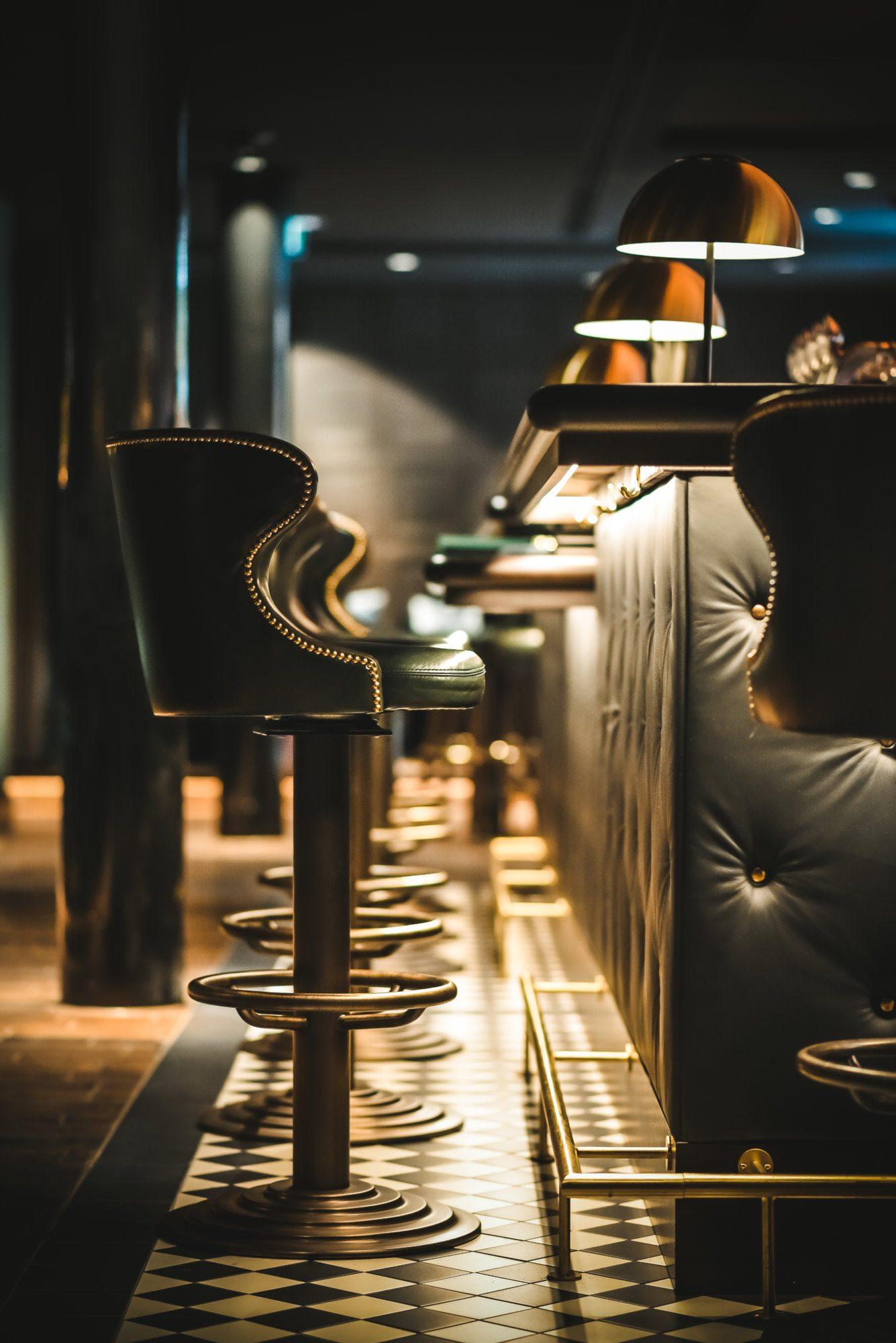 Die Barhocker in der Bar Noir in Hamburg