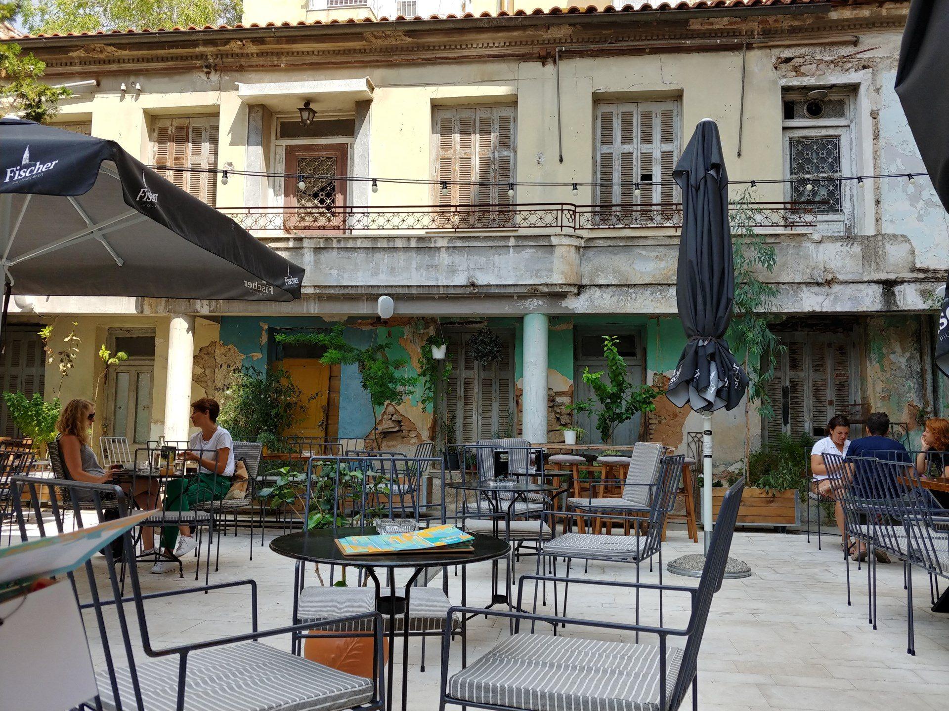 Der Außenbereich der Sarosa Bar